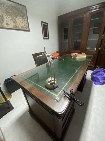Mesa de escritorio e cadeira