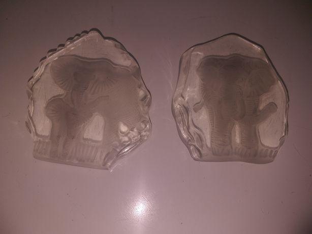 Dwa stare szklane przyciski do papieru przedstawiajace słonie