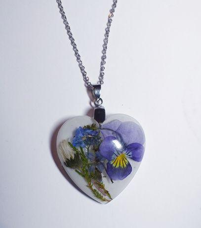 Naszyjnik prawdziwe kwiaty serce w żywicy rękodzięło