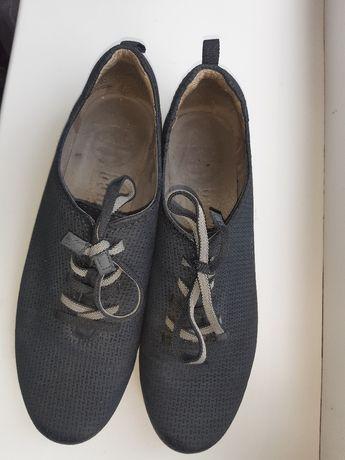 Продам  взуття  .