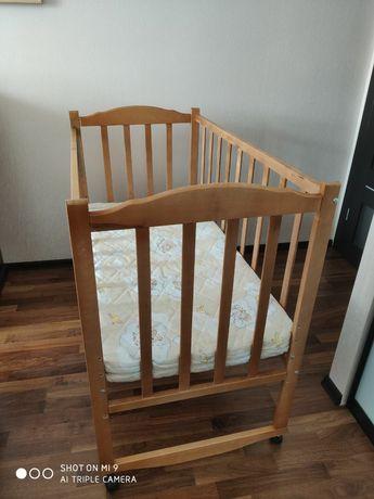 Продам детскую кроватку с матрацом и мягкой защитой