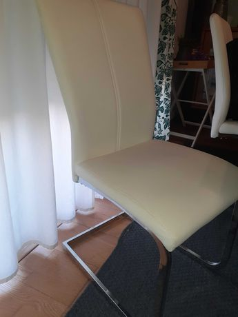 Cadeiras brancas