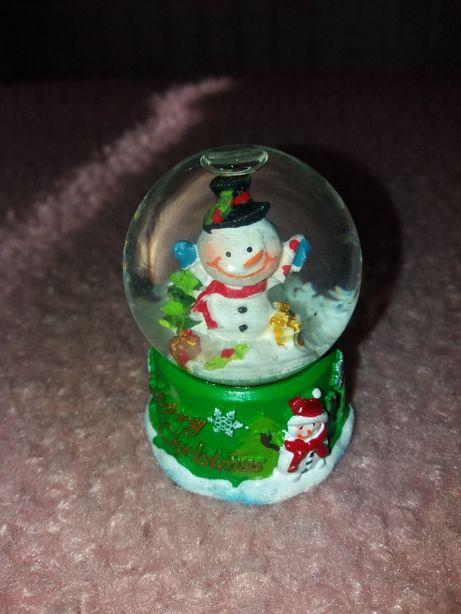 szklana kulka z bałwankiem i sztucznym śniegiem