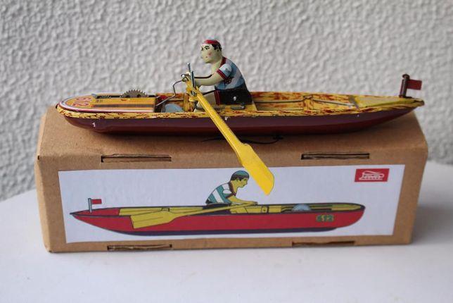Brinquedo em chapa com mecanismo de corda