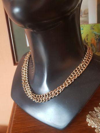 Łańcuszek ozdobny w kolorze złota.