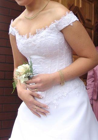 Suknia ślubna ze zdobionym gorsetem