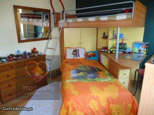 Quarto estúdio, com duas camas, armário, secretária