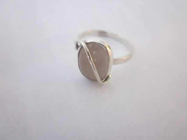 Srebrny pierścionek z jasnoróżowym kamieniem