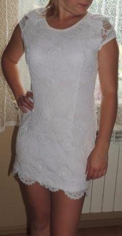 Białą koronkowa sukienka