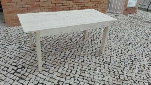 Mesa de madeira muito rústica e robusta.