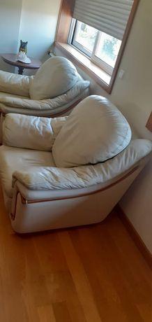 Cadeirões e sofá de Pele