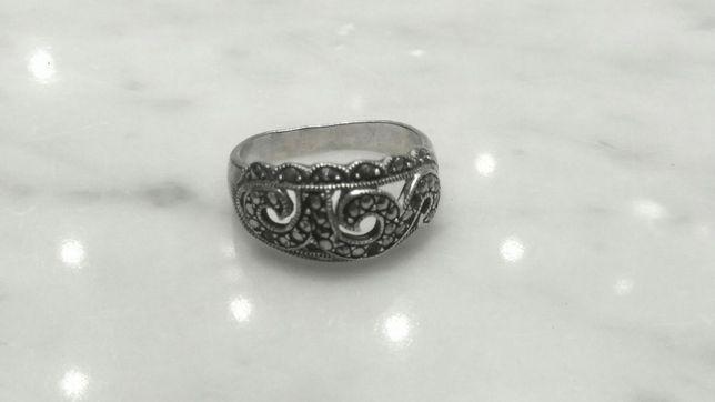 Srebrny pierścionek z markezytami rozmiar 19