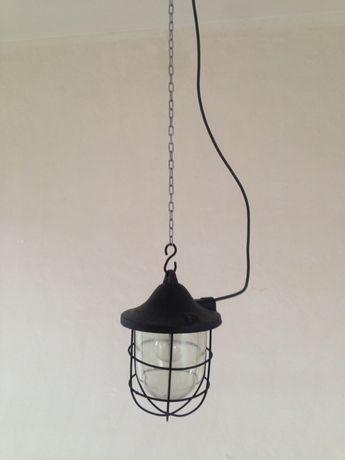 Lampa przemysłowa. Stara lampa przemysłowa w stylu industrialnym.