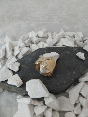 Złoty pierścionek z brylantami (585)