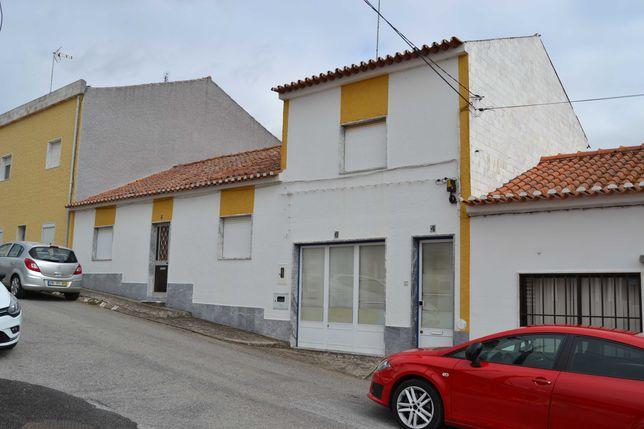 Moradia em de Rio de Moinhos (Borba) c/ armazém, garagem e quintal