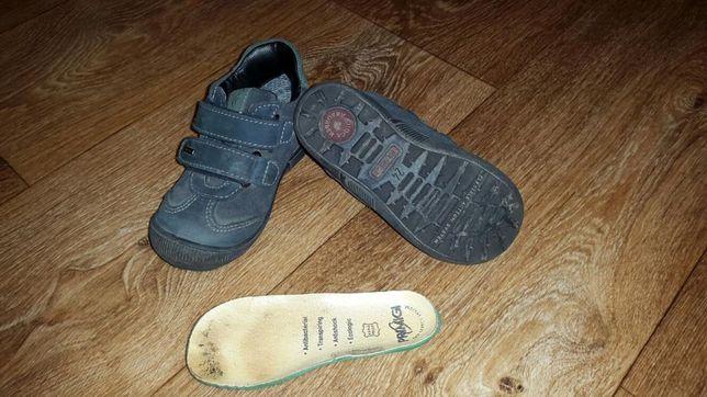 Продам кожанные детские кроссовки