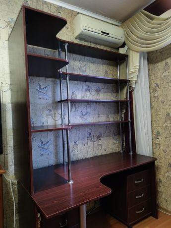 Компьютерный письменный стол с полками и тумбочкой