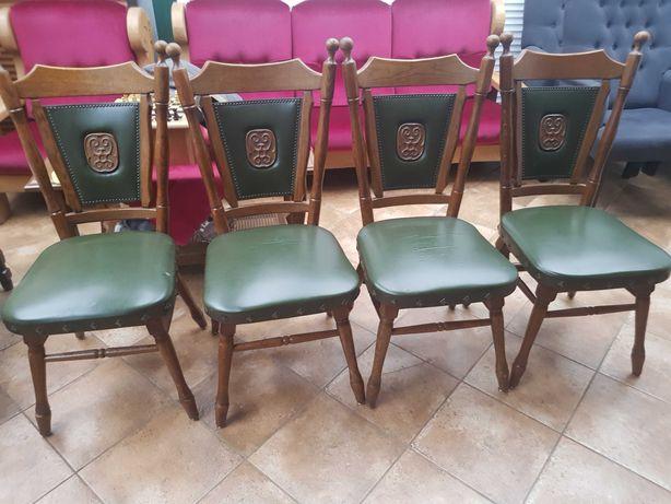 Cztery drewniane krzesła z siedliskiem ze skaji.