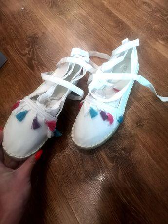 Sandały espadryle wiązane wokół kostki chwosty