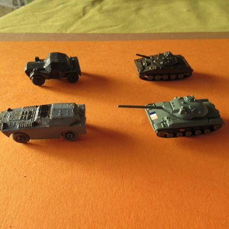 4 carros antigos  de guerra em metal