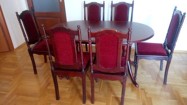 Stół drewniany i sześć krzeseł