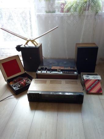 Magnetofon szpulowy z akcesoriami i radio