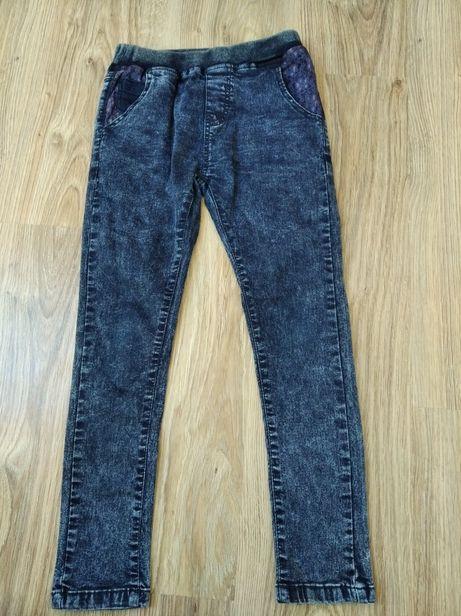Spodnie w rozmiarze 128