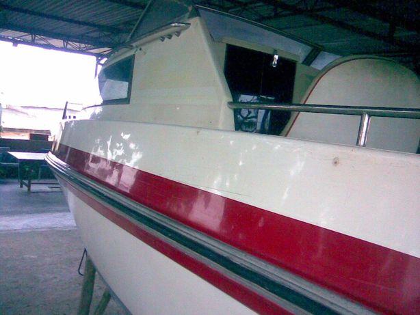 Barco cabinado com Yamaha F50 e atrelado