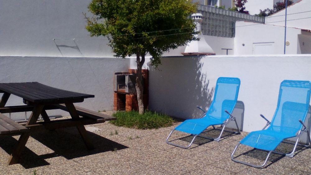 T2 com grande pátio com mesa e barbecue a 5 minutos a pé da praia