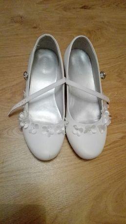 Białe buciki na przyjęcie