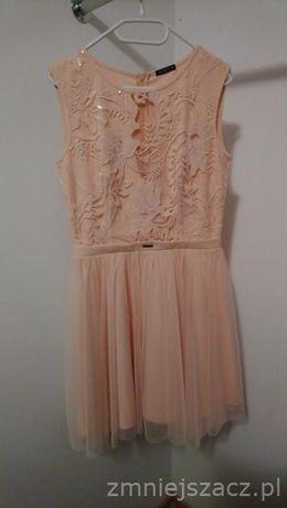 Sukienka w kolorze brzoskwiniowym
