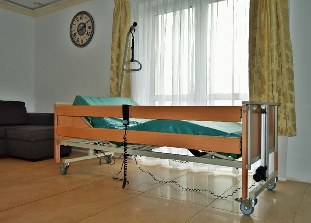 łóżko rehabilitacyjne, łóżko szpitalne z materacem i wysięgnikiem