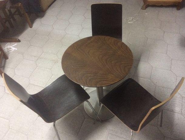 Mesas e cadeiras de café.
