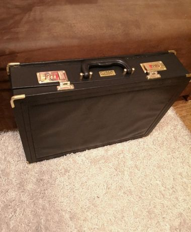 Czarna walizka neseser rączki klasyczna