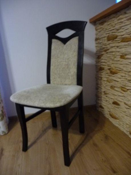 Krzesła drewniane do salonu.
