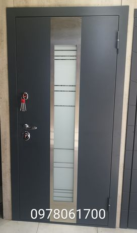 Двери входные в 2-х цветах метала уличные в дом с установкой