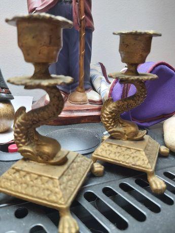 Castiçais em metal dourado