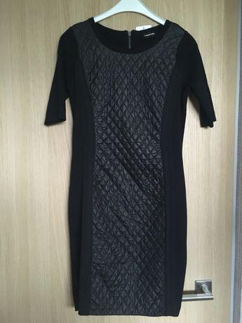 Czarna, dopasowana, elegancka sukienka.
