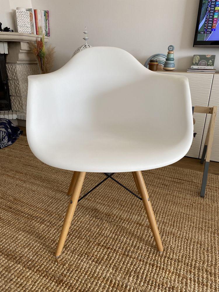 Cadeira branca com pés cor de madeira como nova!