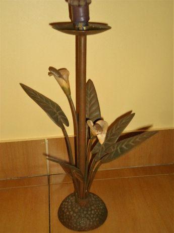 Castiçal antigo em ferro. 62cm de altura.