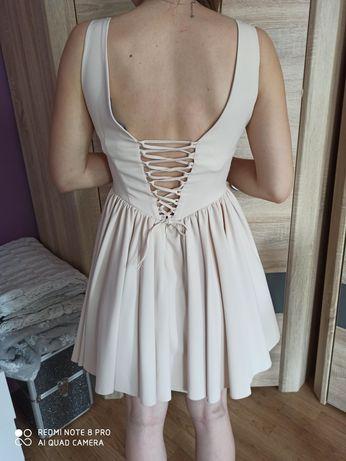 Sukienka z tylem sznurowanym