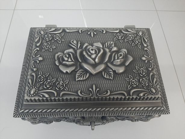 Barokowa szkatułka metalowa cynowana z różą
