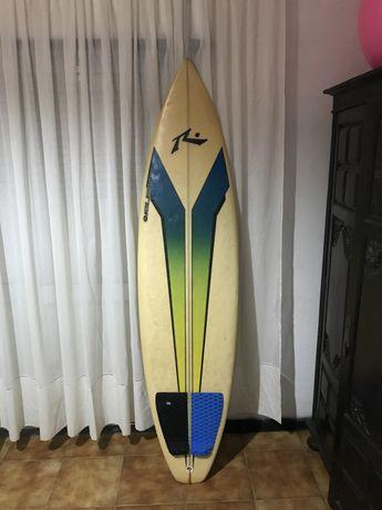 Prancha de surf ainda para as curvas