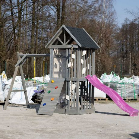 Drewniany ogrodowy domek dla dzieci z huśtawką i zjeżdżalnią