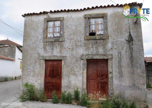 Casa para reconstrução com dois pisos situada em Valongo-Pedró. Grande