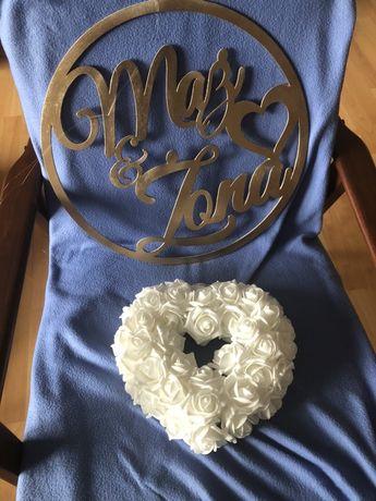 Serce z piankowych rozyczek ozdoba sali weselnej
