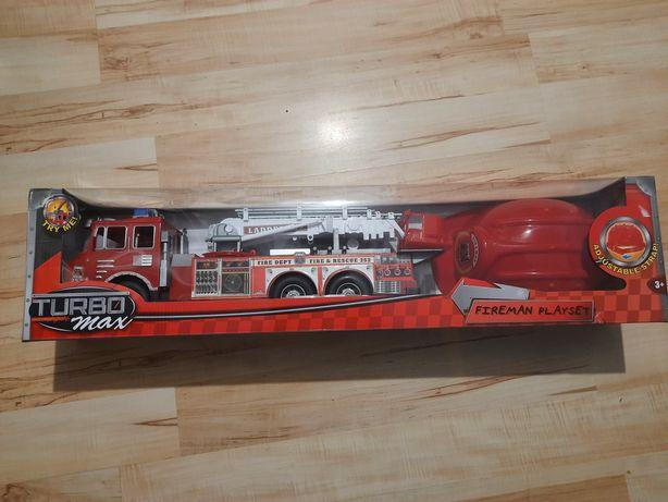 Wóz strażacki z kaskiem