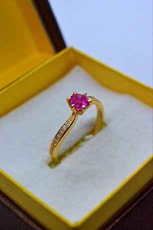 Ładny złoty pierścionek z Rubinem i Cyrkoniami