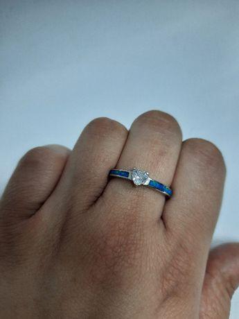 Piękny srebny pierścionek z niebieskim kamieniem opalizującym