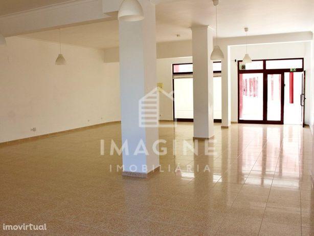 Loja ampla no Pinhal Novo com 106 m2 e muita luz natural